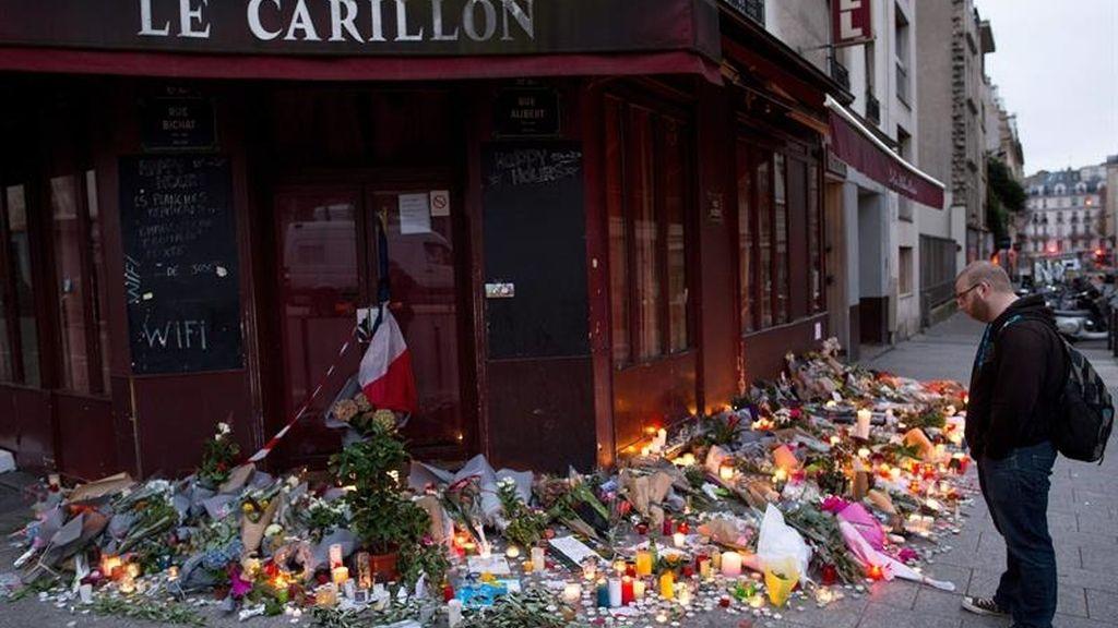 Velas en recuerdo de las víctimas frente a la cafetería Carillon