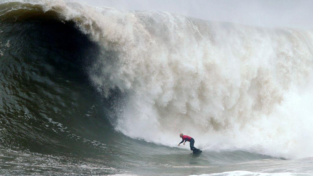 El surfista australiano Justin Allport doma las olas del vendaval de Sídney