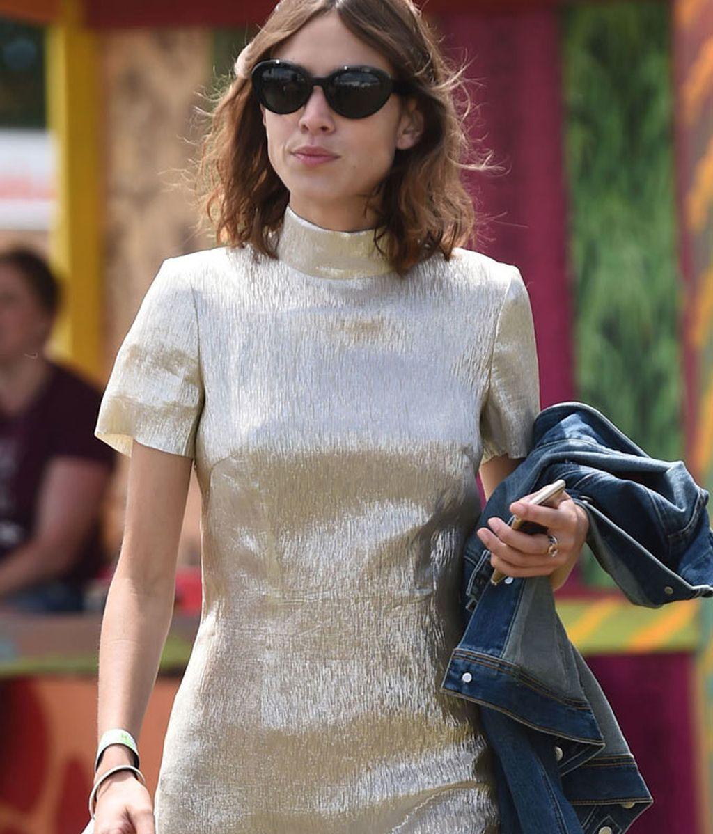 Alexa Chung con mini-vestido plateado