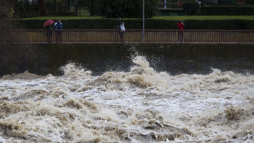 El río Ebro, desbordado por el fuerte temporal