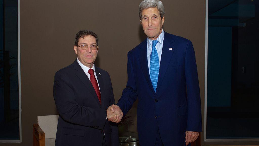 El secretario de Estado estadounidense, John Kerry, y el ministro de Relaciones Exteriores de Cuba, Bruno Rodríguez
