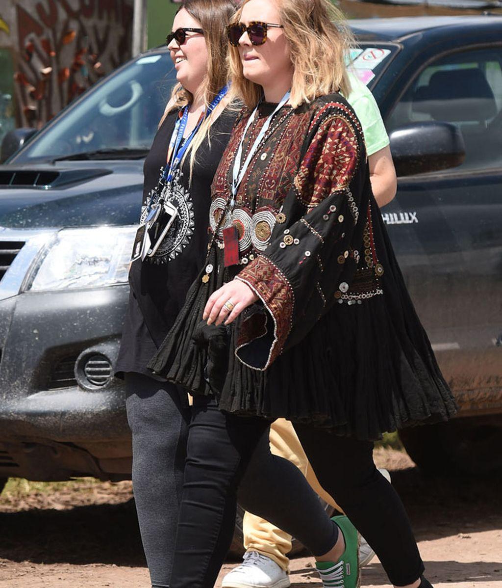 La cantante Adele acompañada de una amiga