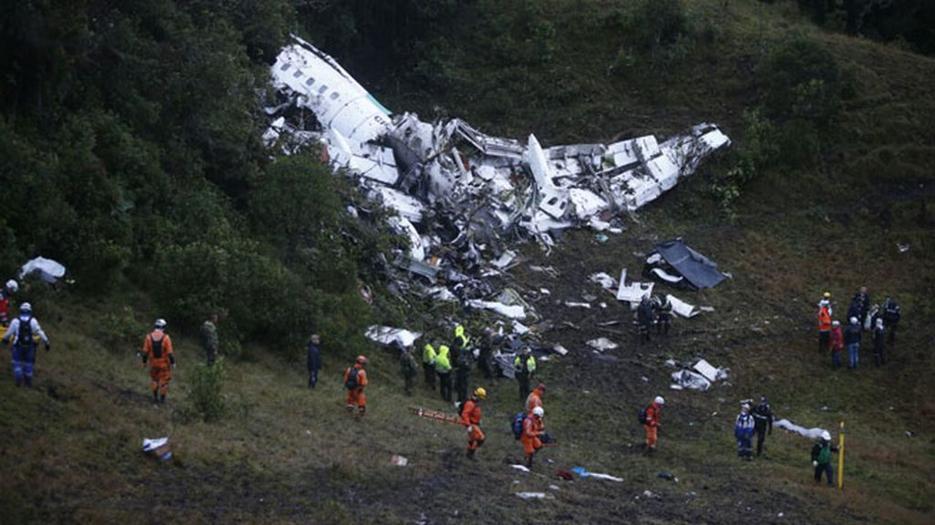 El avión accidentado en Colombia impactó contra un cerro y se desintegró