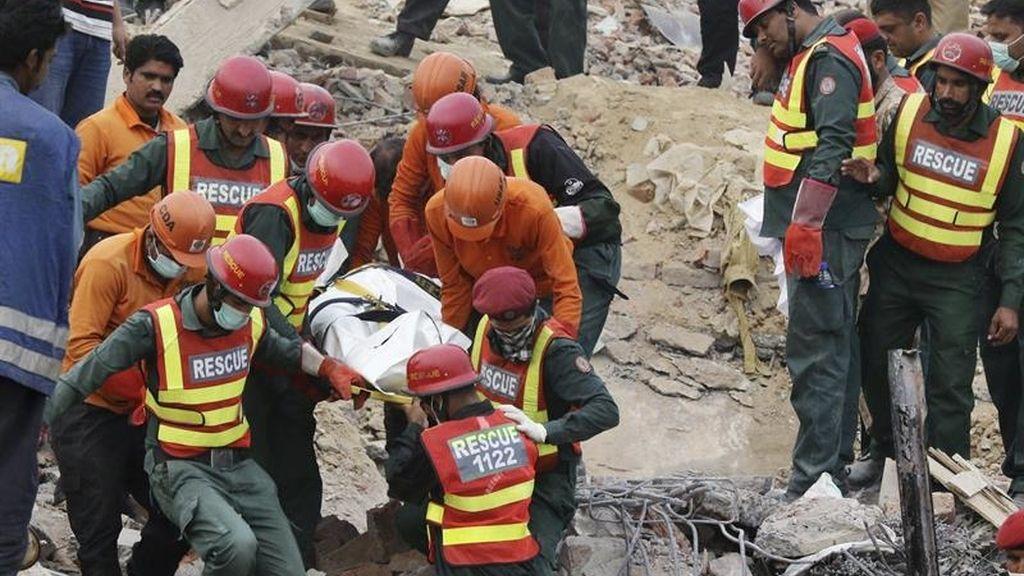 Ascienden a 49 los muertos por el derrumbe de una fábrica en Pakistán