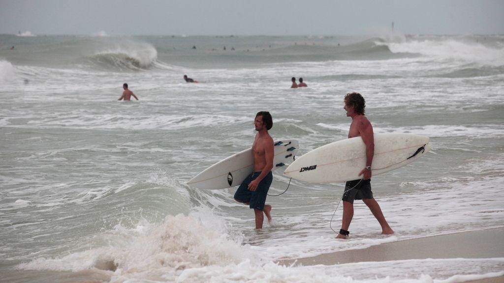 Los surfistas aprovechan el huracán Matthew para coger las mejores olas (08/10/2016)