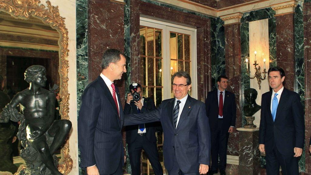 Artur Mas saluda al príncipe Felipe