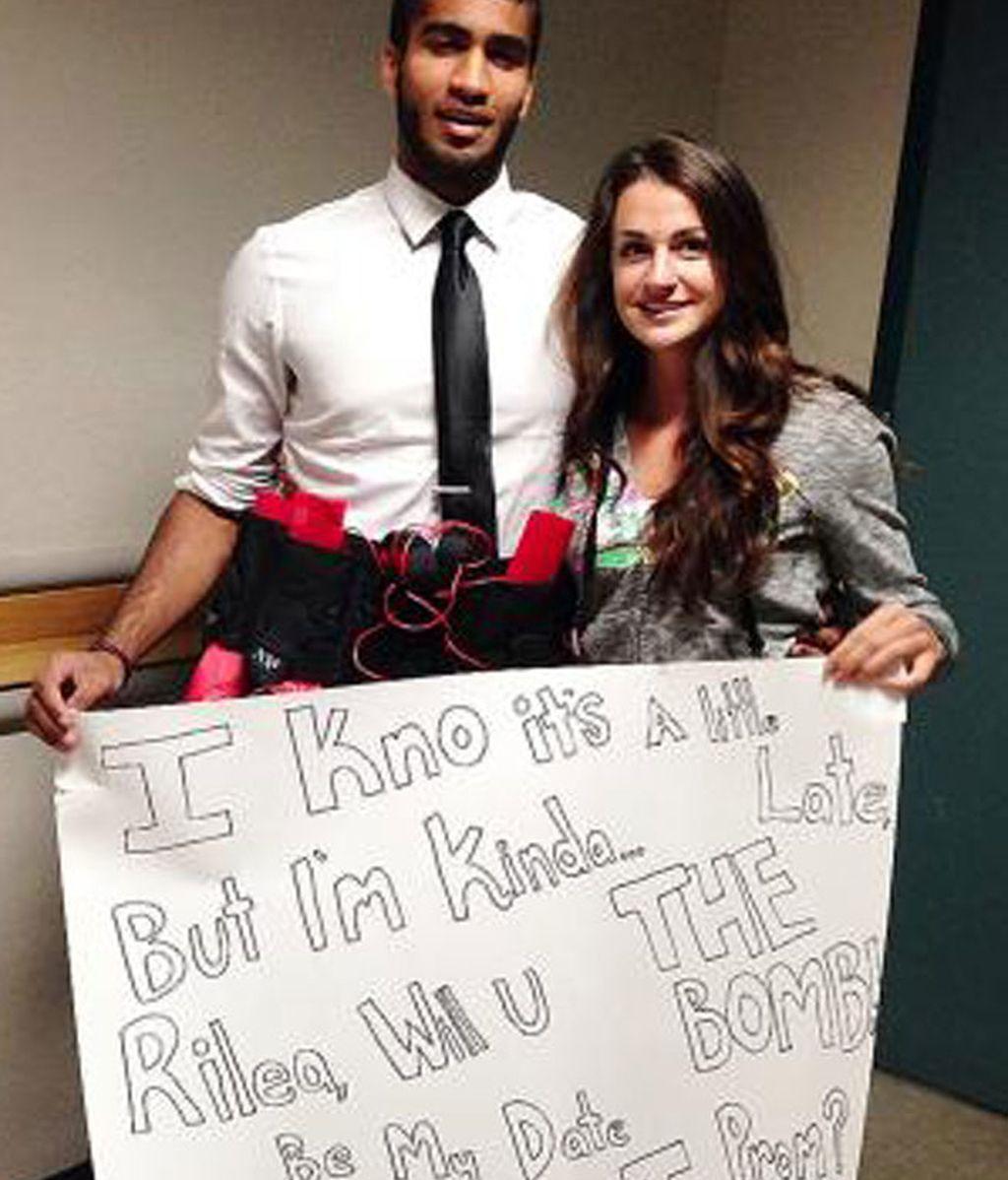 Un joven amenaza con una bomba falsa para invitar a una chica al baile de graduación