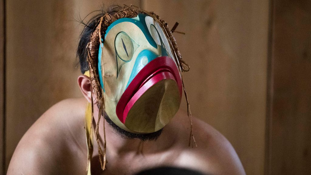 Reciben al príncipe Guillermo con una máscara de rana