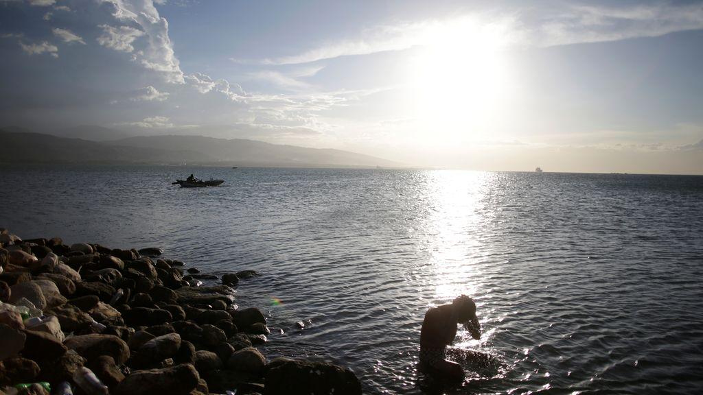 Un hombre se baña en el océano en Puerto Príncipe
