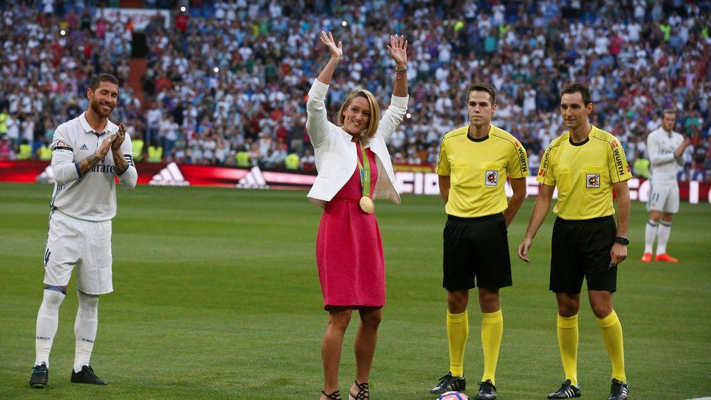 Mireia Belmonte hace el saque de honor en el Bernabéu (27/08/2016)
