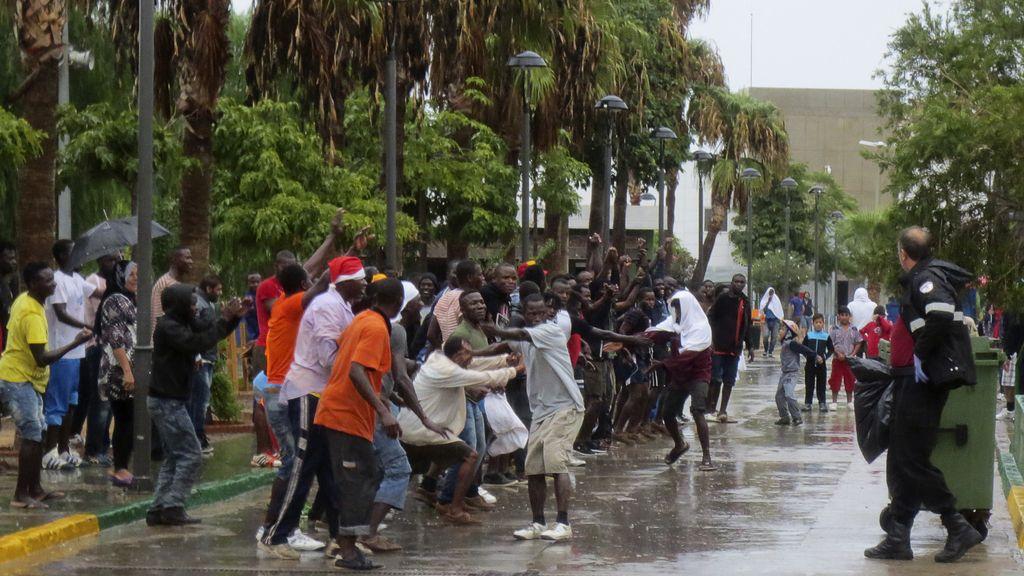 Un centenar de inmigrantes logra entrar en Melilla tras un salto en el que participaron unos 400