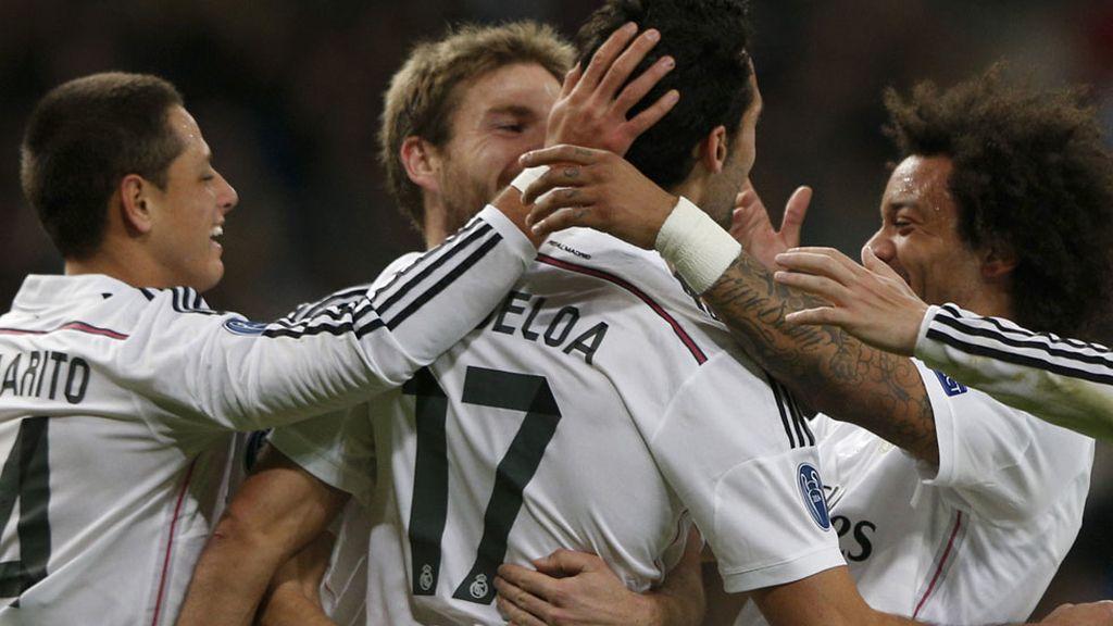 Marcelo, Illarramendi y Chicharito abrazan a Arbeloa tras su gol