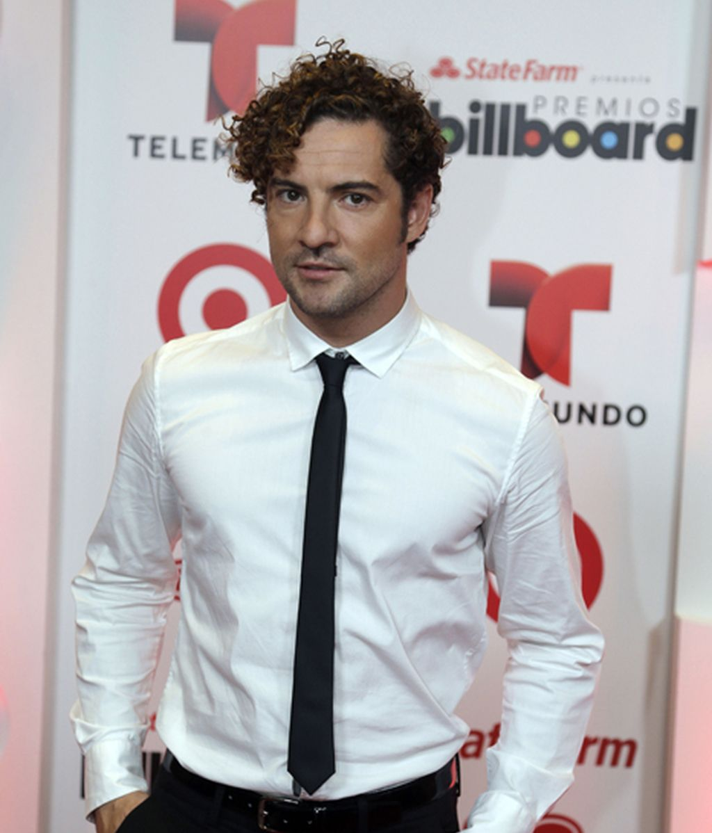 David Bisbal, encorbatado