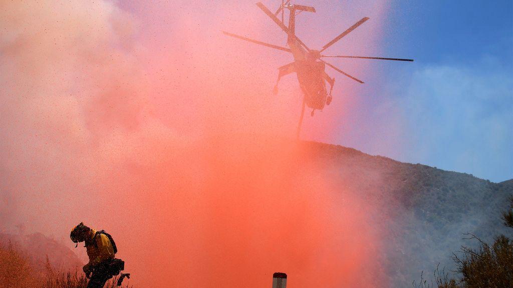 La lucha de los bomberos contra el fuego en Los Ángeles