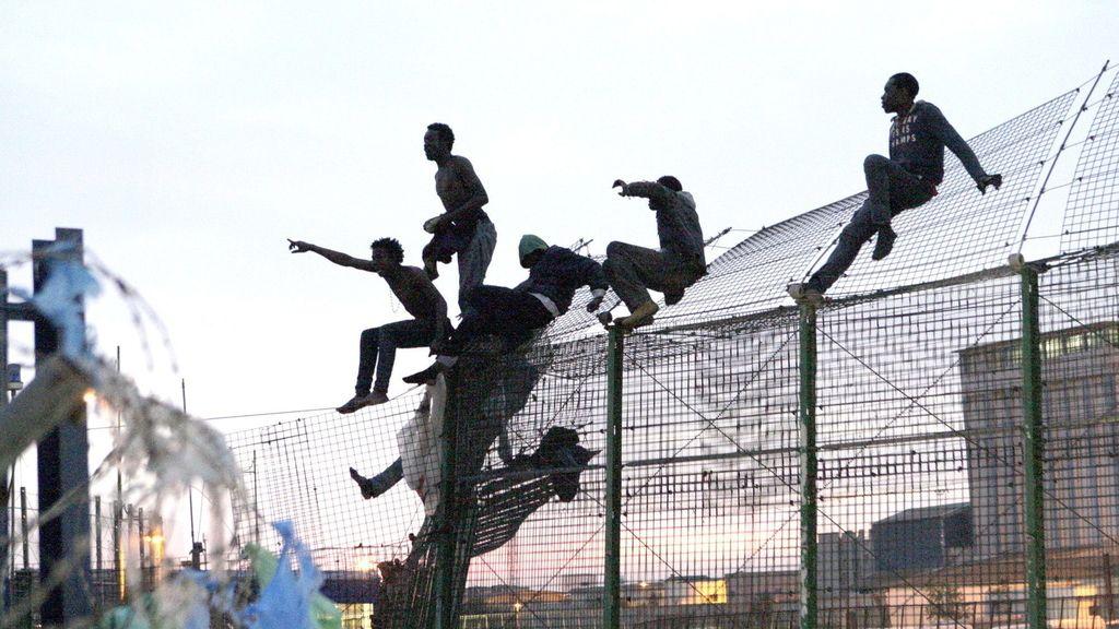 Una docena de inmigrantes logra entrar en Melilla