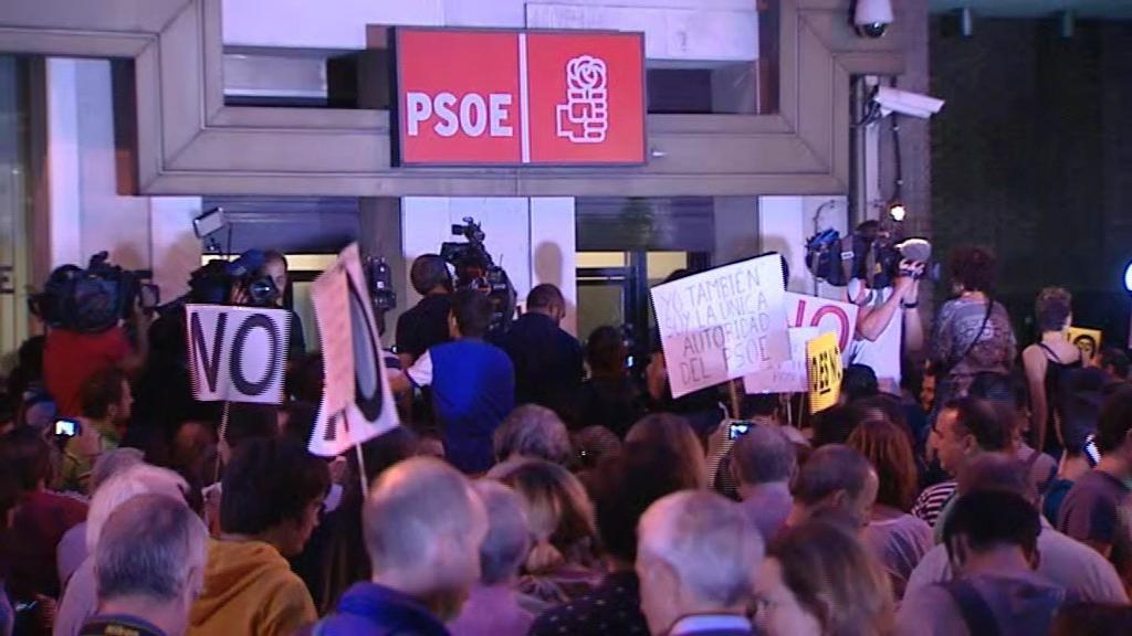 Expectación en Ferraz tras la salida de Pedro Sánchez