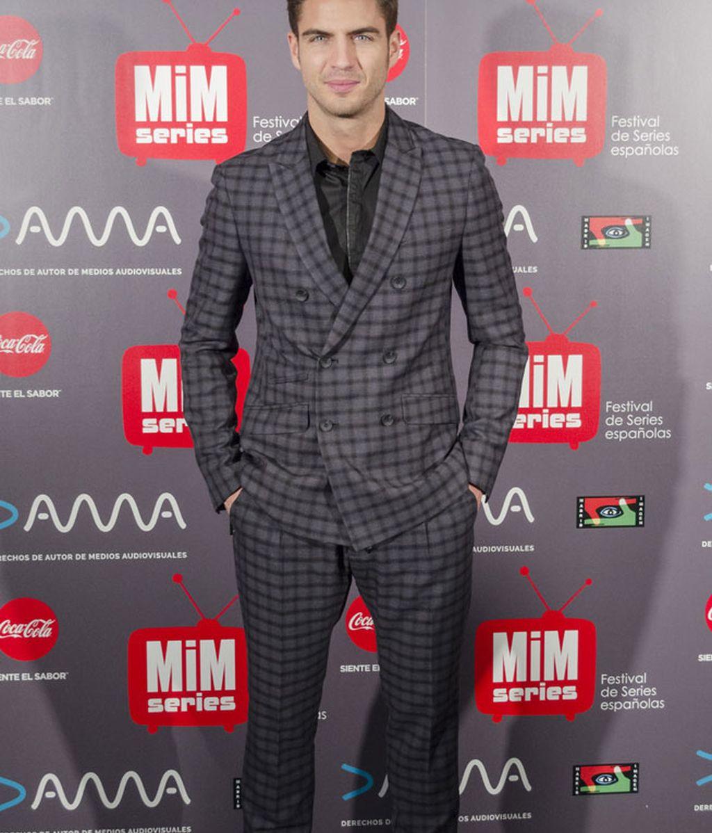 Maxi Iglesias apostó por un traje de cuadros en tonos grises