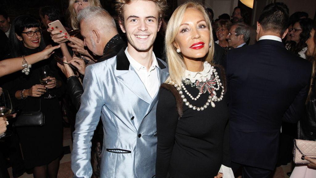 Carmen Lomana, con un diseño de Gucci, junto a su amigo José Luis