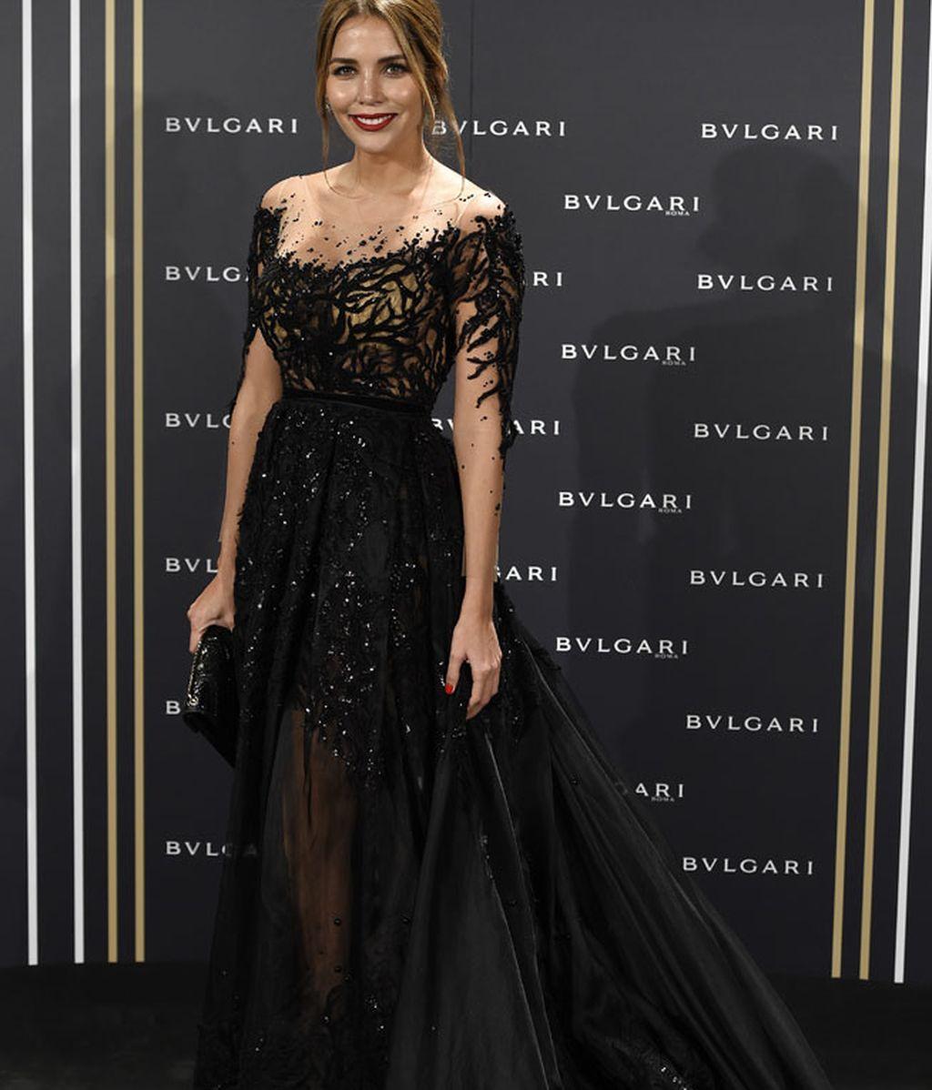 Rosanna Zanetti, con vestido negro con trasparencias y brillo