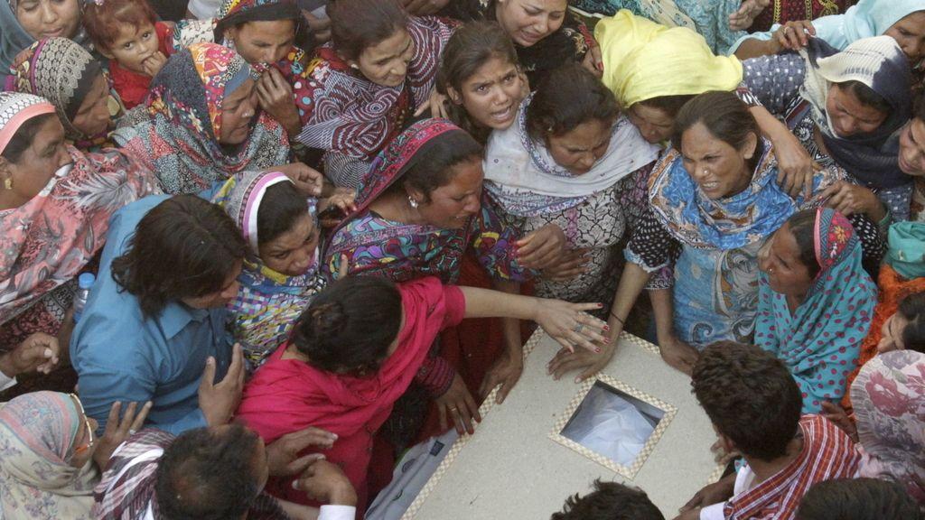 Comienzan a enterrar a las víctimas del atentado de Pakistán