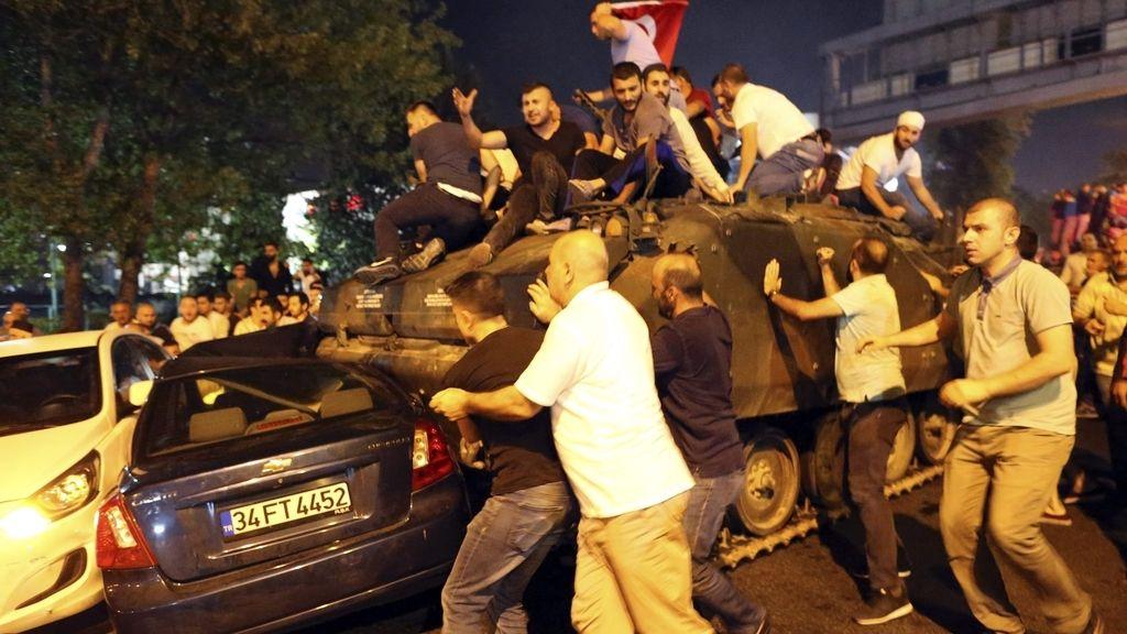 La población hace fracasar el golpe de estado en Turquía
