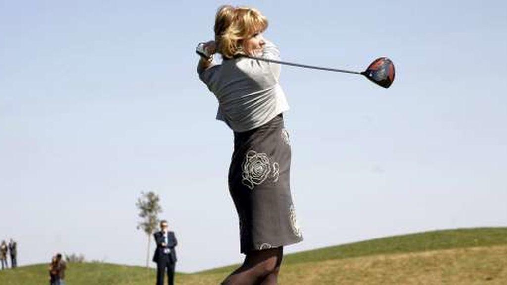Esperanza Aguirre jugando al golf
