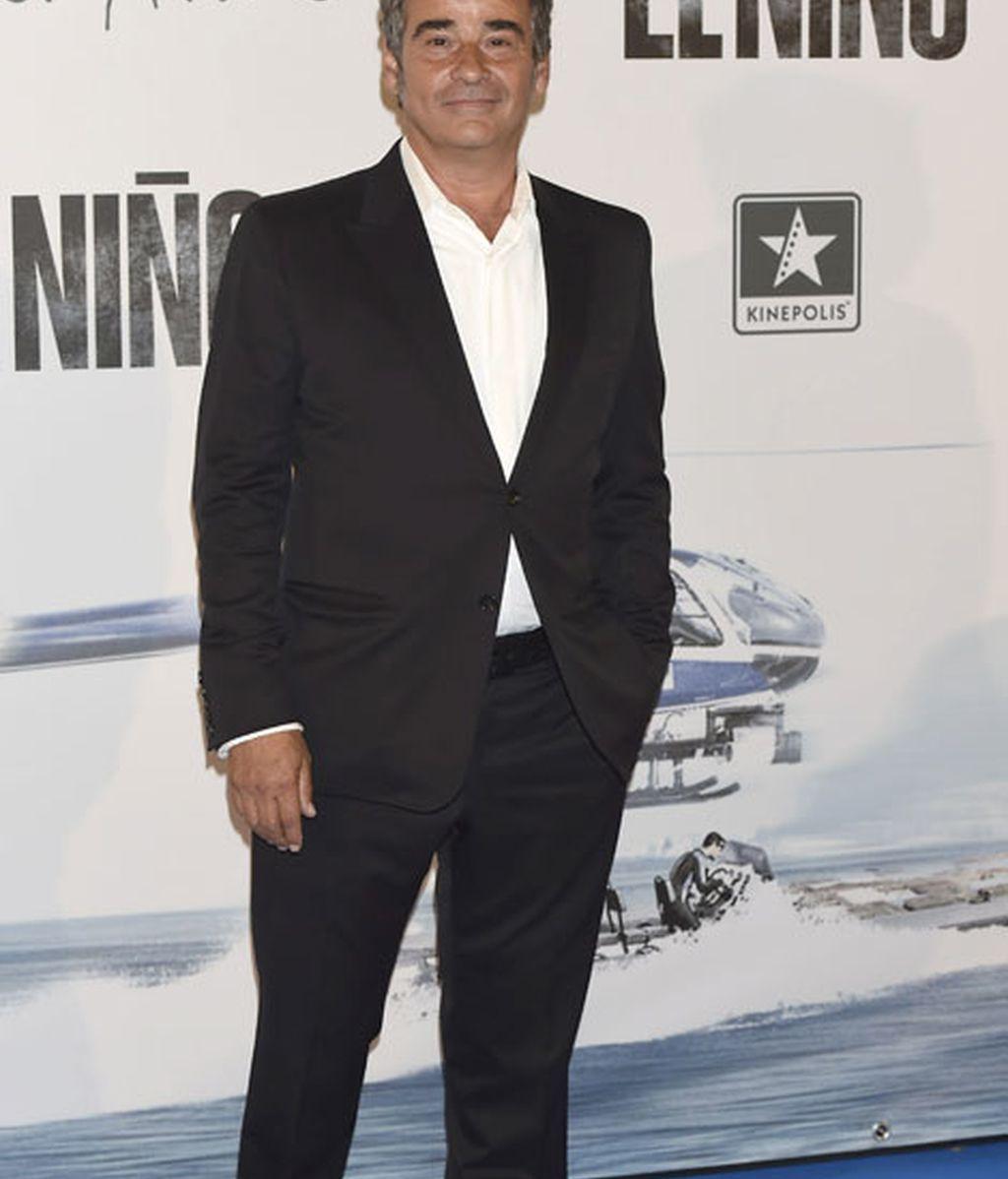 El actor Eduard Fernández también vestido de negro y camisa blanca