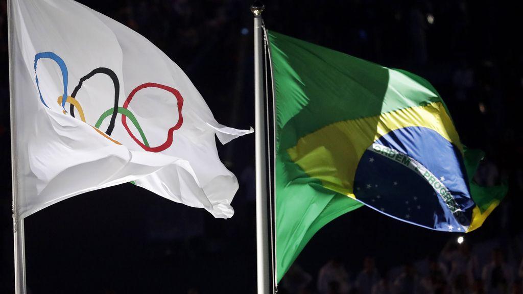 Las banderas oficiales presidiendo el estadio