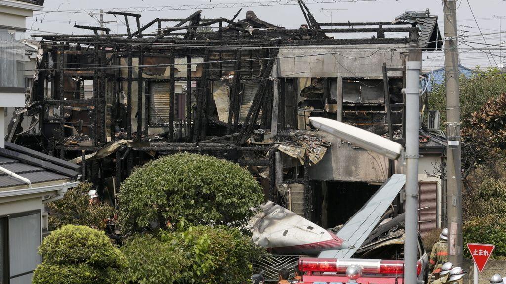 Mueren tres personas tras estrellarse un aeroplano en una zona residencial de Tokio