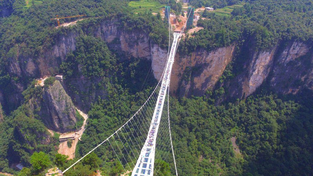 Imagen del puente de cristal más largo y alto del mundo en China