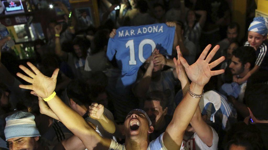 Los hinchas argentinos tuvieron muy presente a Maradona