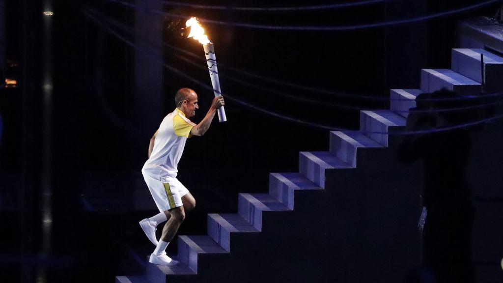 Vanderlei de Lima acercó la antorcha olímpica