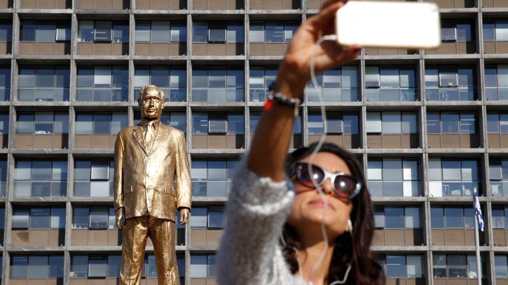 La escultura dorada de Benjamín Netanyahu en Tel Aviv