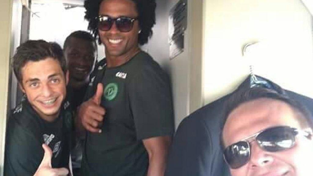 Los jugadores con el piloto del avión
