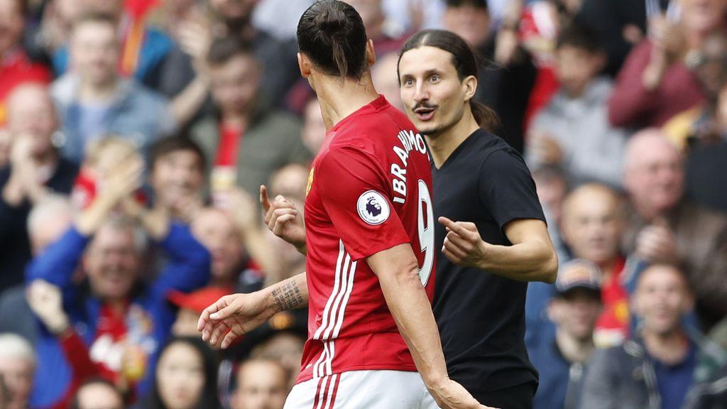 Ibrahimovic conoce a su clon en Old Trafford… ¡el aficionado saltó al campo!
