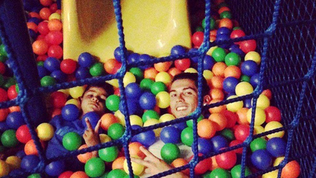 Cristiano Ronaldo, todo un padrazo, se divierte con su hijo en un parque de bolas