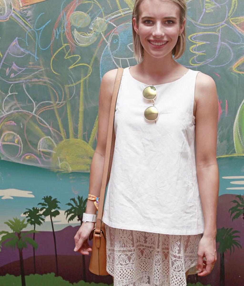 Emma Roberts, de blanco y con gafas redondas, en 'Fruttare Event'