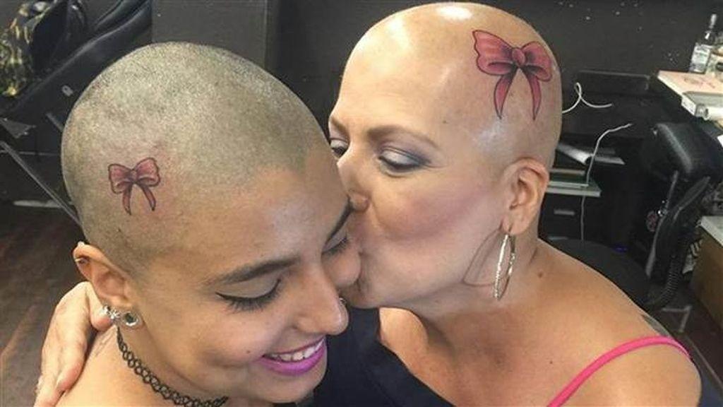 Después de un cáncer, madre e hija se tatúan un lazo que esperan no volver a ver