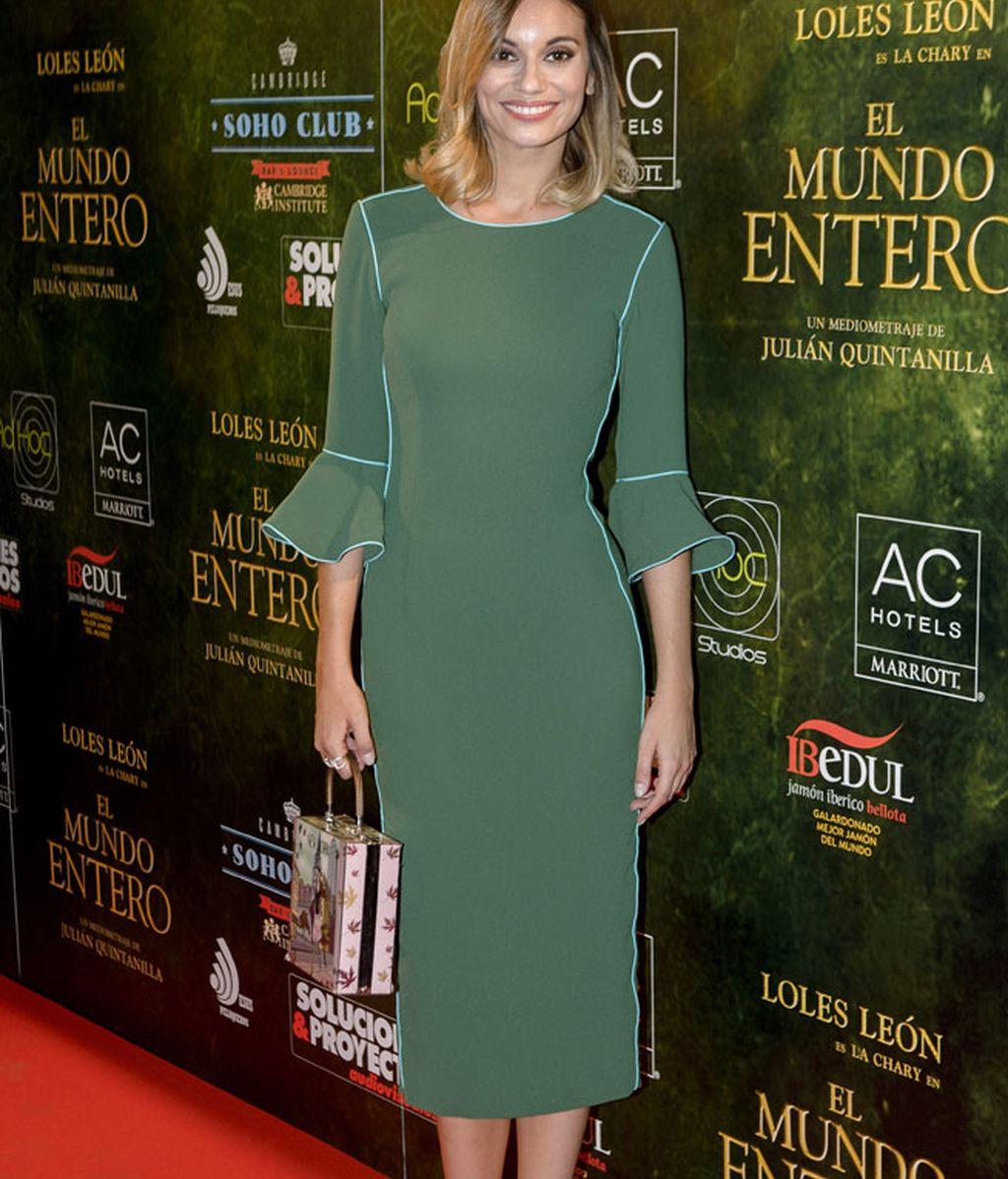 Norma Ruiz lució un vestido verde con líneas azules a juego con las sandalias