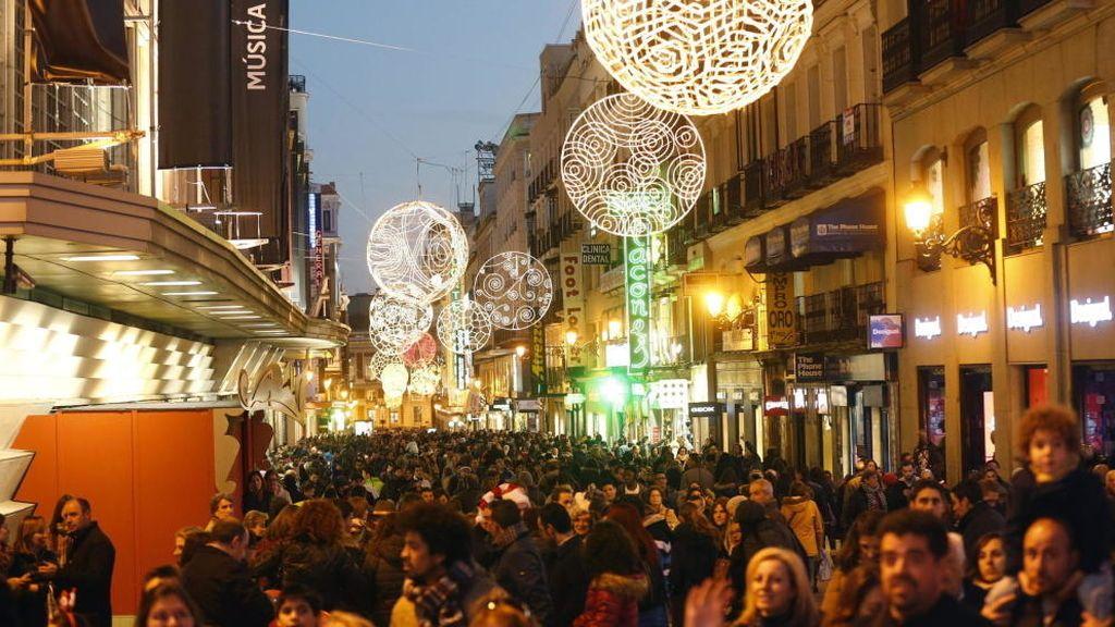 Numerosas personas transitan la céntrica y comercial calle Preciados de Madrid