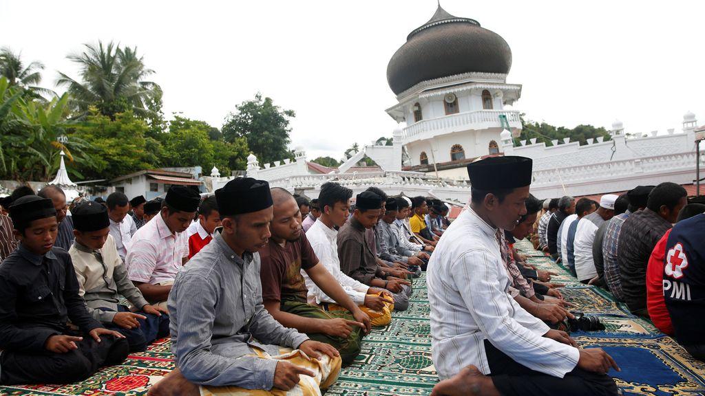 Rezo en una mezquita de Indonesia por los muertos en el terremoto
