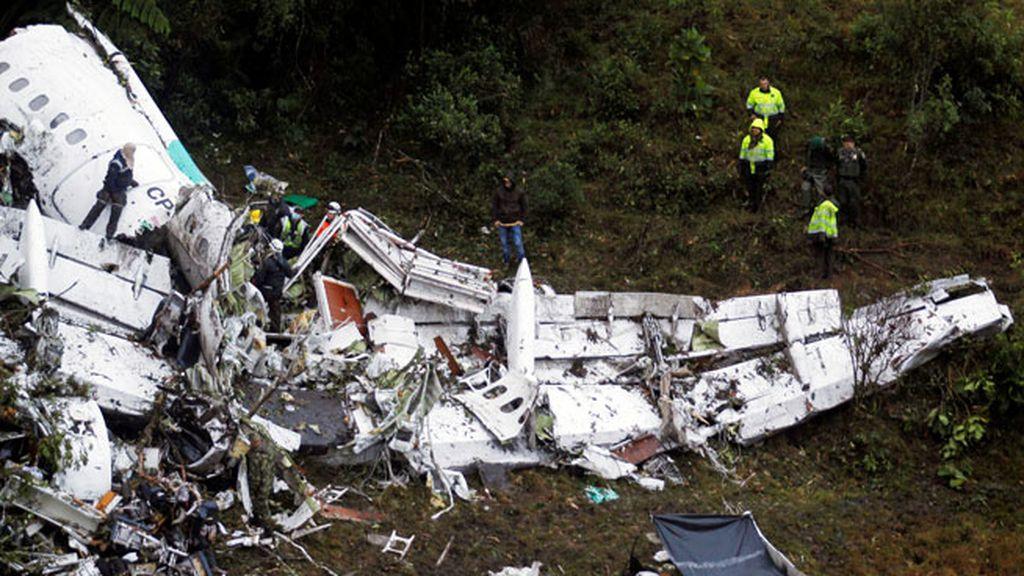 Ala del avión desintegrado tras impactar contra un cerro en Colombia