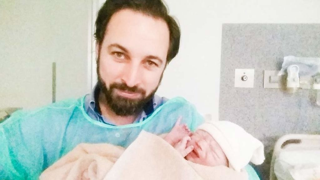 Santiago Abascal con su cuarto hijo, nacido el 20D