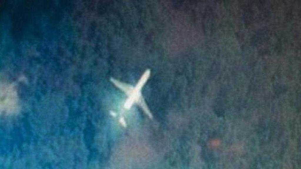 Imagen de un avión sobre la selva de Malasia