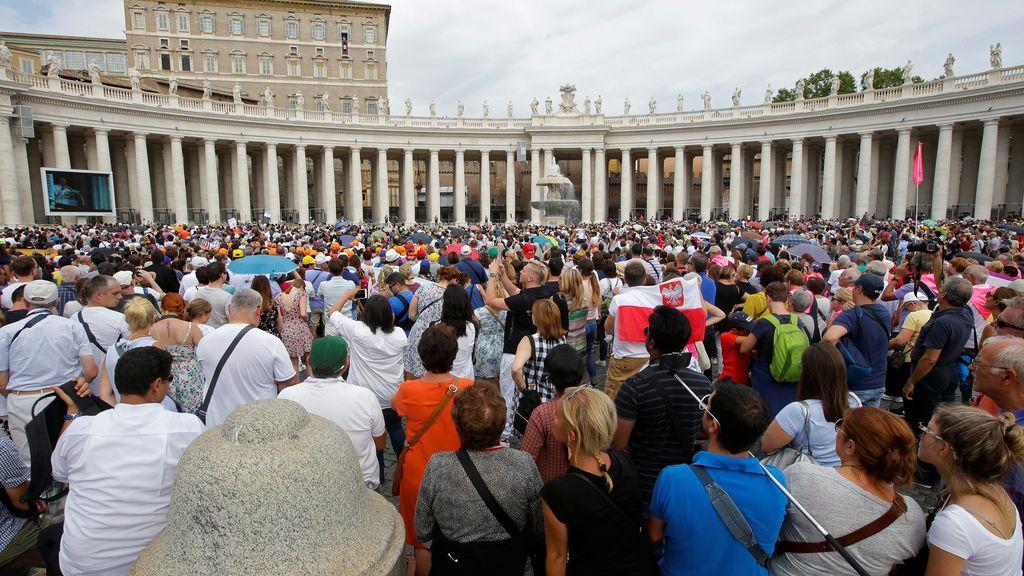 El Papa guía el rezo ante miles de personas