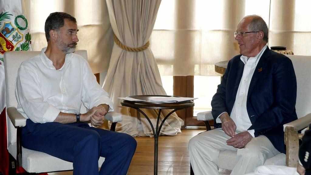 El rey Felipe VI durante la reunión que ha mantenido con el presidente de Perú, Pedro Pablo Kuczynski, en Cartagena de Indias, previa a la XXV Cumbre Iberoamericana