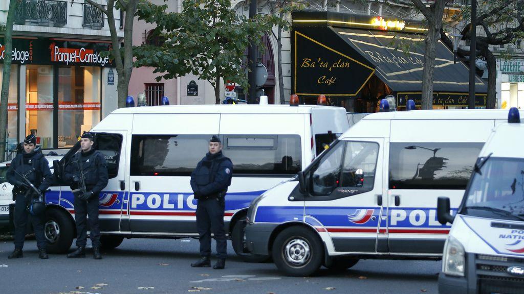 Policías custidian la zona del atentado