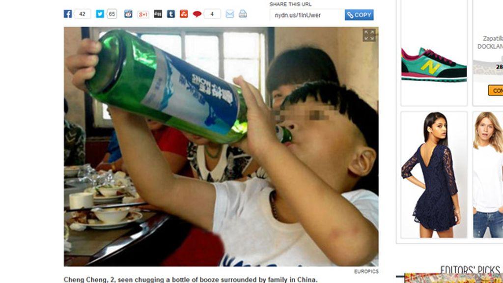 Un niño chino adicto al alcohol con dos años