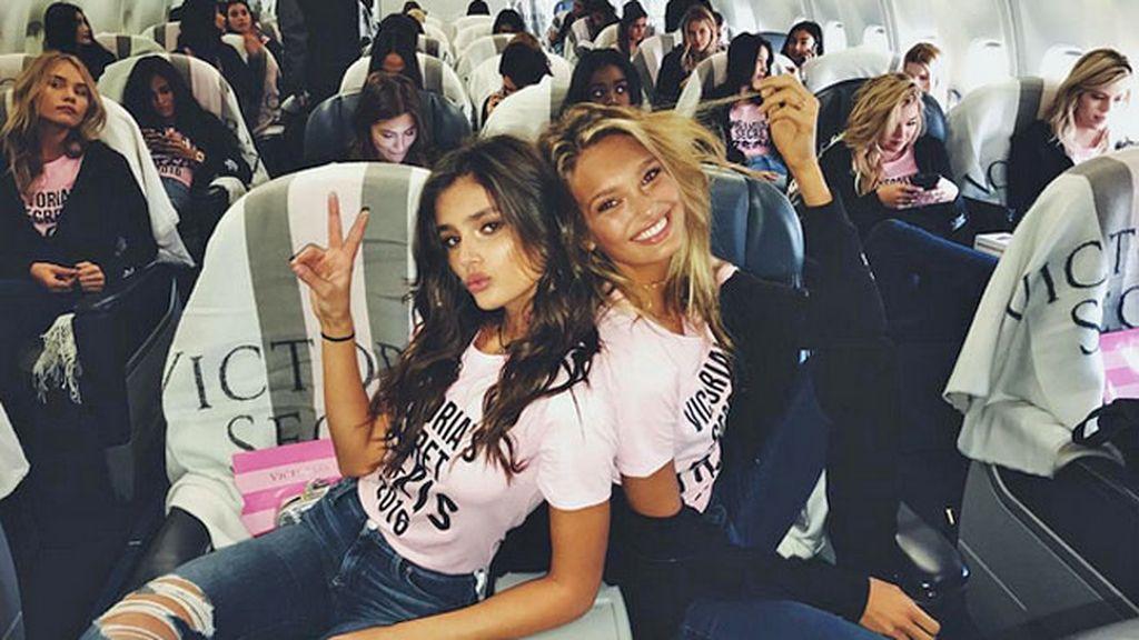 Taylor Hill y Romee Strijd posando para el Instagram de Victoria's Secret