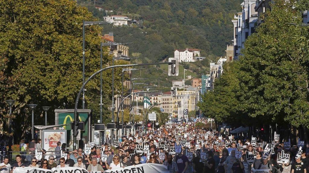 Vista de la manifestación convocada hoy en San Sebastián por la red ciudadana Sare para exigir la excarcelación de los presos de ETA con enfermedades graves